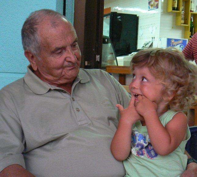 Un abuelo con su nieto