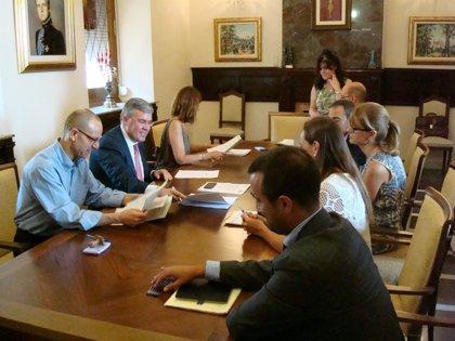 El alcalde firma las nuevas condiciones económicas de los préstamos del primer plan de pago a proveedores