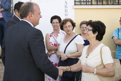 """Monago destaca la """"importancia"""" del mundo rural en Extremadura durante su visita a Corte de Peleas (Badajoz)"""
