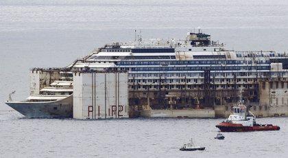El 'Costa Concordia' concluye en el puerto de Génova su última travesía para ser desguazado