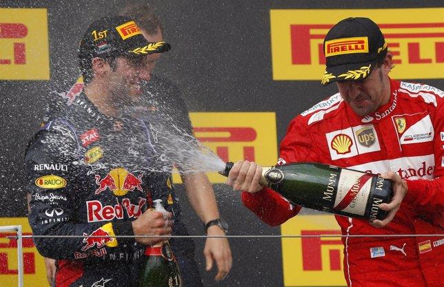 Alonso celebra su segundo puesto con Ricciardo