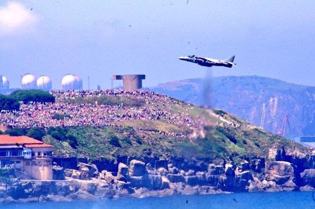 Harrier sobrevolando la playa de Gijón.