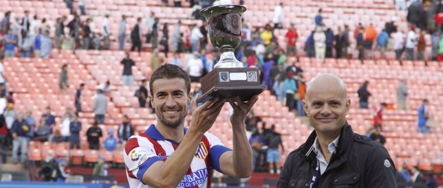 Gabi recibe el trofeo de ganador del partido ante los Earthquakes