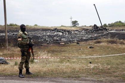 El equipo de policías australianos y holandeses intentará llegar este lunes a la zona del impacto del MH17