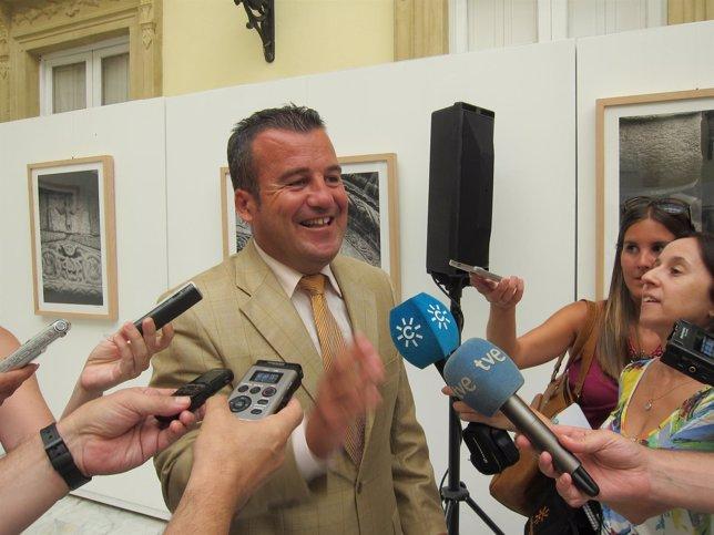 El alcalde de Carboneras, Salvador Hernández (Gicar), atiende a los medios