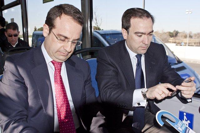 Ortiz y Carabante probando la nueva conexión wifi de la linea 522 de bus