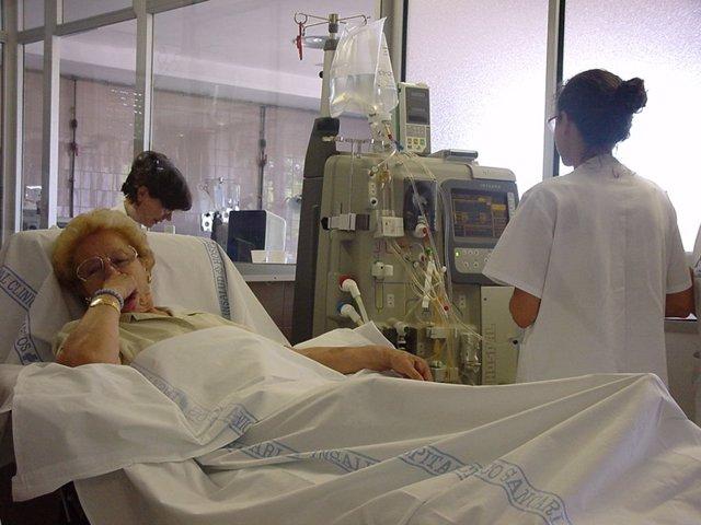 Enfermera trabajando en hospital (archivo)