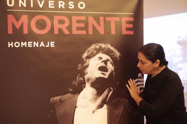 Aurora Carbonell, viuda de Morente, con cartel de 'Universo Morente'