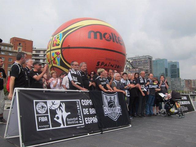 Aficionados del Bilbao Basket frente al Ayuntamiento de Bilbao