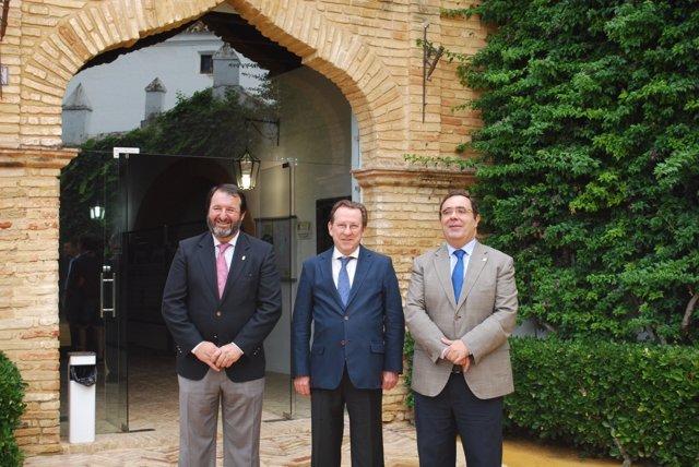 De Llera, junto al rector de la UPO y el alcalde de Carmona