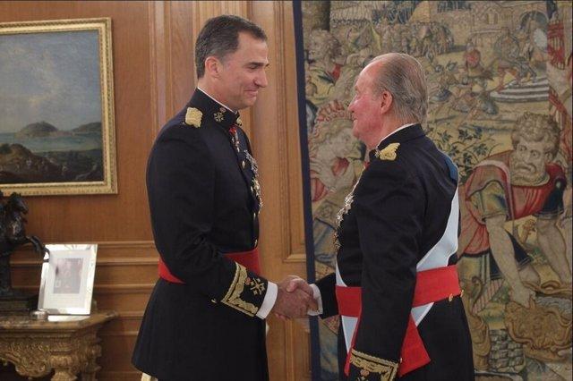 Don Juan Carlos impone a Felipe VI el fajín de capitán general de los Ejércitos