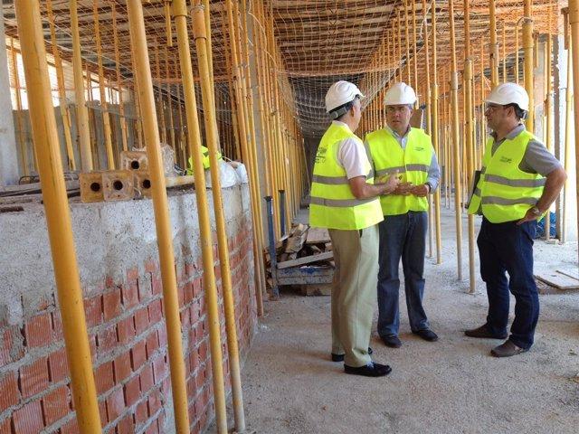 El alcalde de Jaén visita las obras de VPO en la calle Los Caños