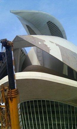Trabajos para retirar el trencadís de la cubierta del Palau de Les Arts.
