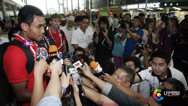 El jugador tailandés del Almería Teerasil Dangda atiende a los medios