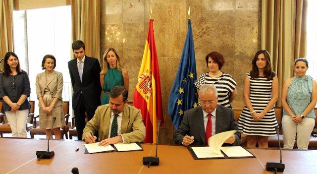 Santiago Ramos y Manuel Fernández, durante la firma del convenio