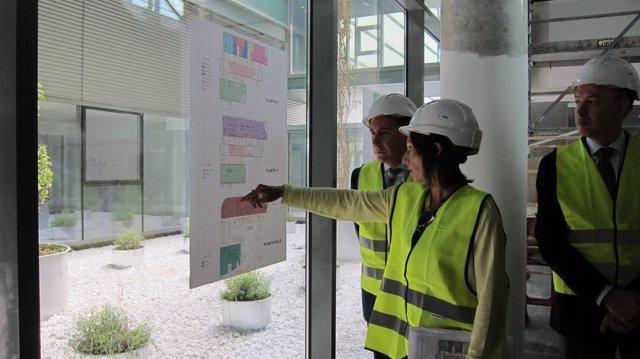 Marta de la Rosa explica a Ricardo Oliván los planos del nuevo centro