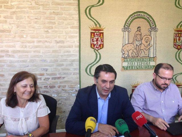 Delegado de la Junta en Sevilla, Francisco Javier Fernández, con Aurora Cosano