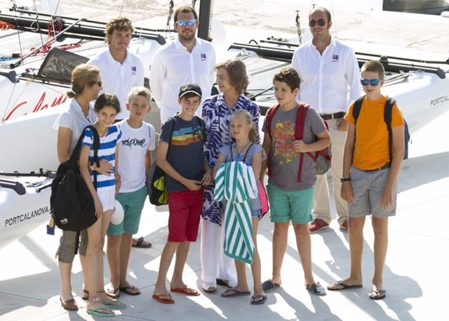 Doña Sofía, feliz con sus nietos mayores de vacaciones en Mallorca