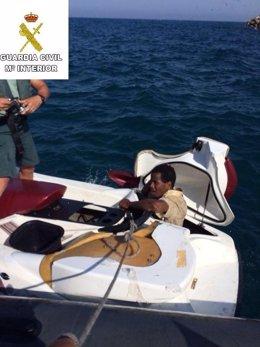 Inmigrante oculto en una moto acuática
