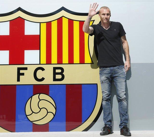 Jérémy Mathieu posa con el escudo del Barça