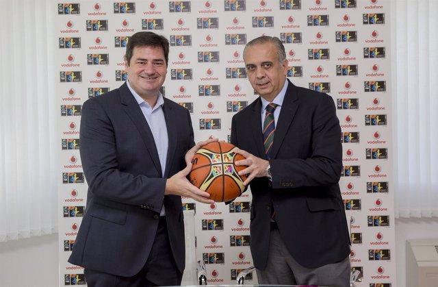 Andrés Vicente (Vodafone) y José Luis Sáez (FEB)