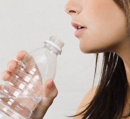Las bebidas con sodio y azúcares de absorción rápida facilitan la rehidratación cuando hay sed y sequedad de mucosas