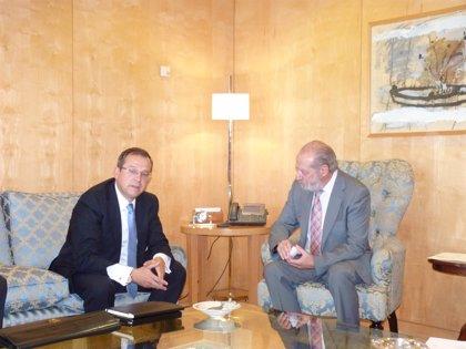 Villalobos recibe al nuevo representante de la región sur del BBVA para instituciones