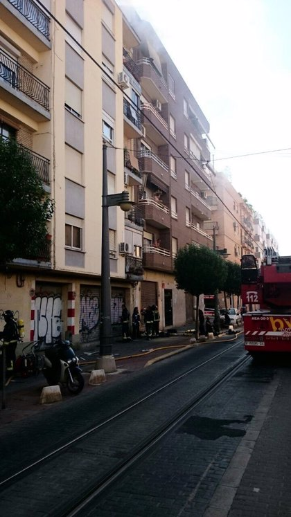Un incendio en Campanar afecta a toda una vivienda por el humo