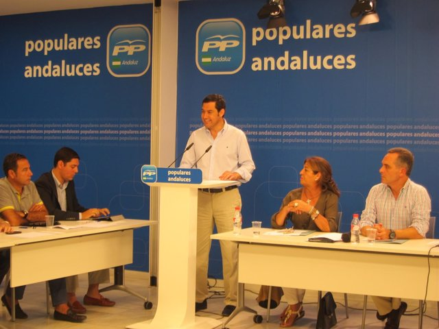 El presidente del PP-A, Juanma Moreno, en reunión con alcaldes del PP de Sevilla