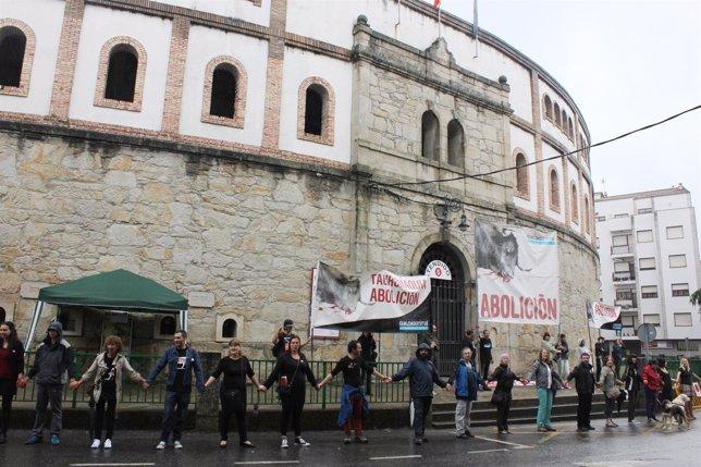 Cadena humana rodeando la plaza de toros de Pontevedra