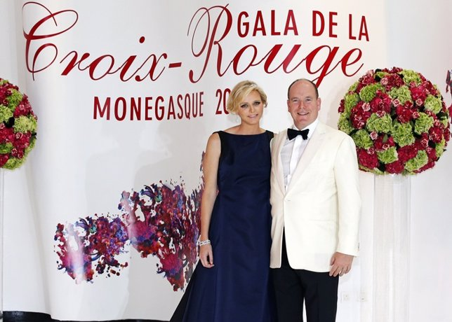 Príncipe Alberto de Mónaco y Charlene de Mónaco luce embarazo Gala Cruz Roja