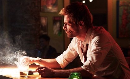 Nueva imagen de John Constantine... ¿fumando?