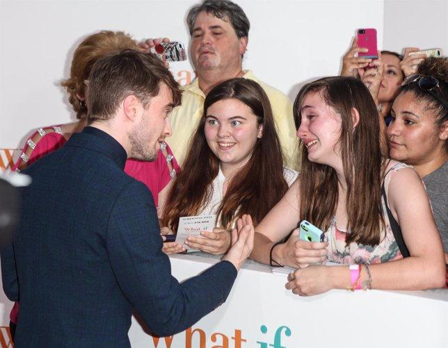 Daniel Radcliffe consuela a una fan emocionada