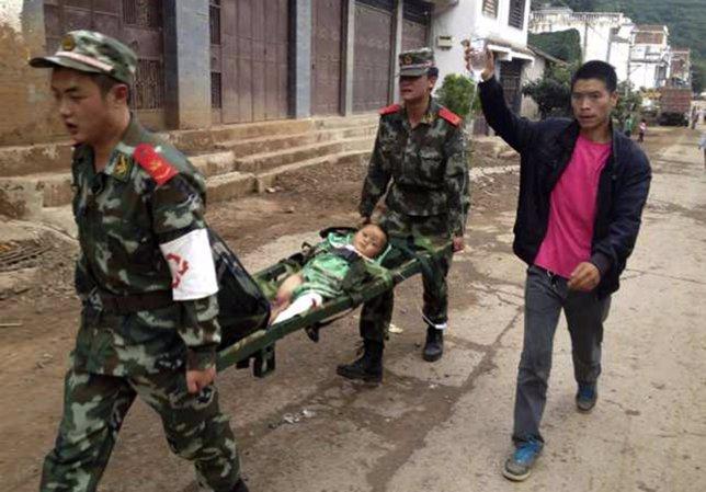 Paramilitares ayudan a heridos en el seísmo de China