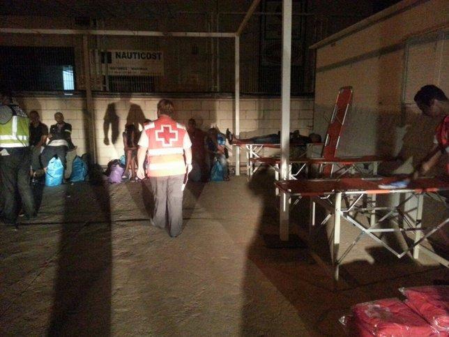 Los equipos de Cruz Roja esta noche atendiendo a los emigrantes