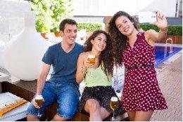 Tres amigos se sacan un 'selfie' tomando unas cervezas