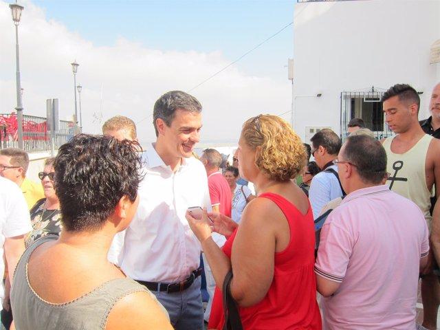 Sánchez dialoga con vecinos de Mojácar, donde pasa unos días de vacaciones