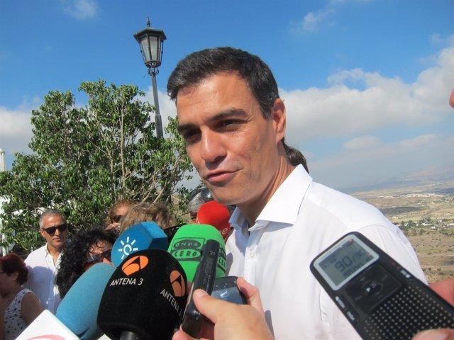 Pedro Sánchez atiende a los medios en Mojácar