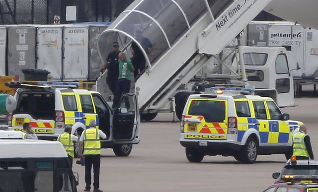 Pasajero esposado al salir del Qatar Airways escoltado por cazas