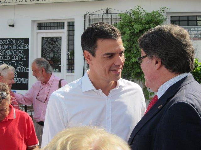 Pedro Sánchez dialoga con uno de los dirigentes de la ejecutiva provincial
