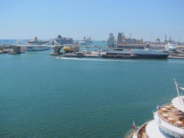Cruceros y barcos en el Puerto de Barcelona