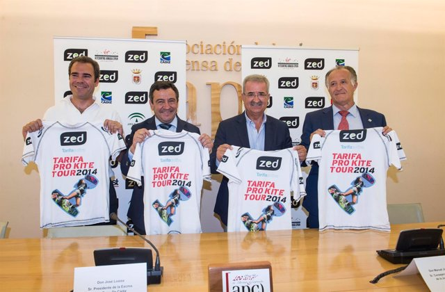 Jiménez Barrios presenta un campeonato de kitesurf en Tarifa