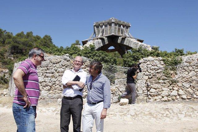 Los diputados provinciales con el alcalde de Agres ante la Cava en Mariola
