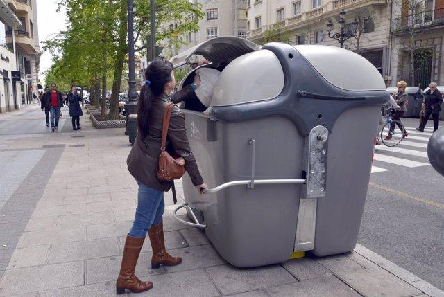 Colocación palancas en contenedores de Santander