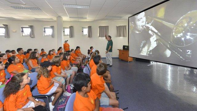 Visita de los niños del 'Veranuco' al conservatorio