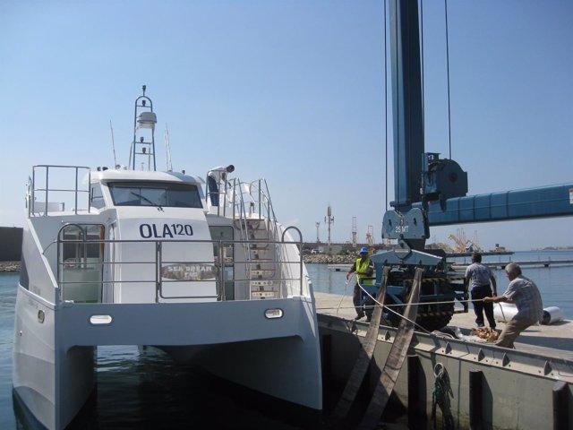 Momento de la botadura del catamarán 'Sea Dreams' en Garrucha