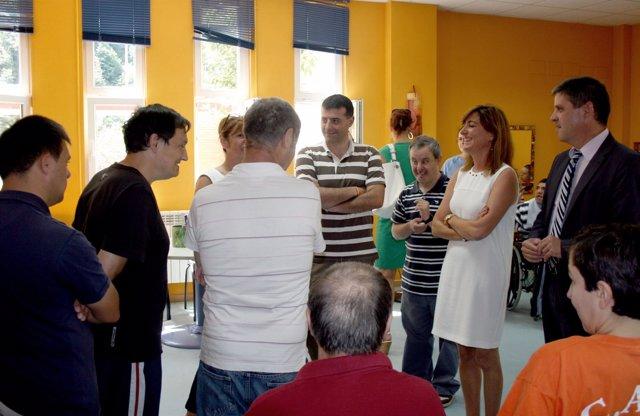 Díaz (segunda por la derecha) durante su visita a Cangas.
