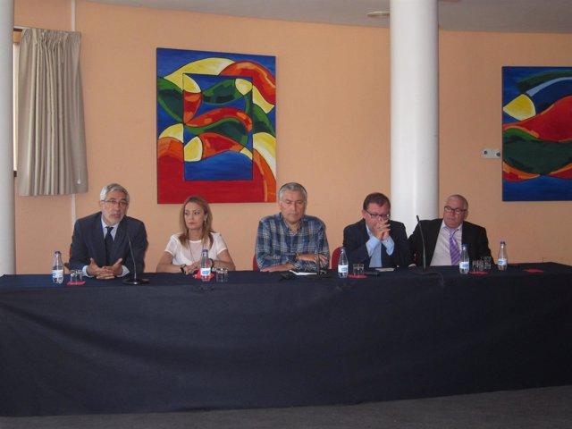 Llamazares (primero por la izquierda) en el acto de IU.