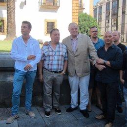 Antonio Masip junto a trabajadores de Tenneco