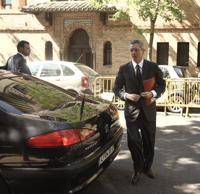 Alberto Ruiz Gallardón, ministro de Justicia, junto a su coche oficial